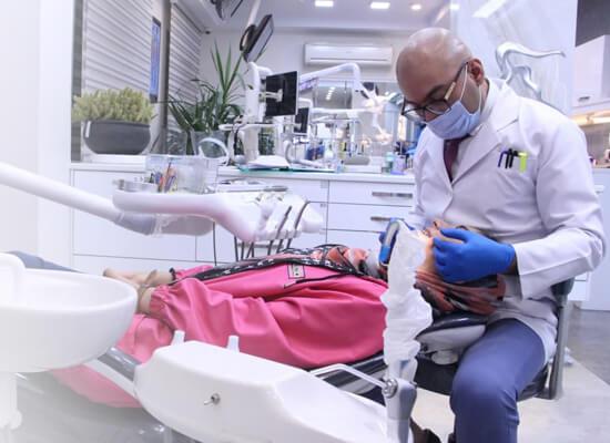 دکتر داودیان در حال مشاوره ارتودنسی