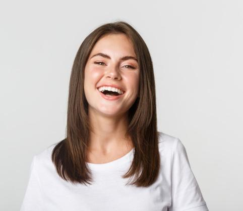 یک خانم خندان که دندان های مرتب و لبخند زیبایی دارد